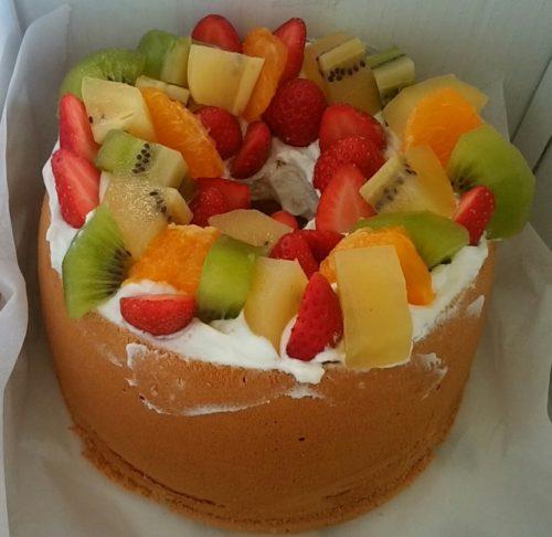 シフォンケーキに生クリーム+フルーツのトッピングで、簡単バースデーケーキを作りました